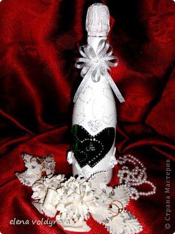 бутылку моем от наклеек... обезжириваем,клеим сердечка... клеим на бутылку розы и листики красим акриловой аэрозольной краской отдираем наклеенные сердечки... контуром подчёркиваем их, рисуем контуром по всей бутылке сердечка,клеим бантик внутри сердец пишем первые буквы имён молодожёнов фото 1