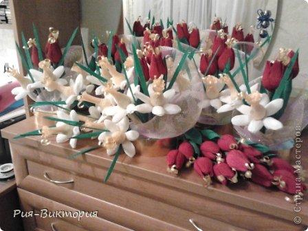 Заказали мне к 8 марта десять одинаковых, и не дорогих букетов...для меня это был первый такой большой заказ, долго ломала голову и остановила свой выбор на тюльпанах с нарциссами... на этой фотографии собрана лишь часть композиций, а остальные цветы ждут своей очереди... фото 1