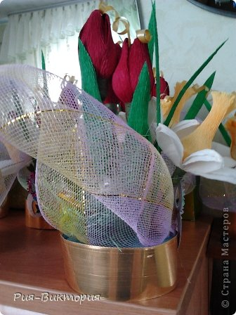Заказали мне к 8 марта десять одинаковых, и не дорогих букетов...для меня это был первый такой большой заказ, долго ломала голову и остановила свой выбор на тюльпанах с нарциссами... на этой фотографии собрана лишь часть композиций, а остальные цветы ждут своей очереди... фото 3