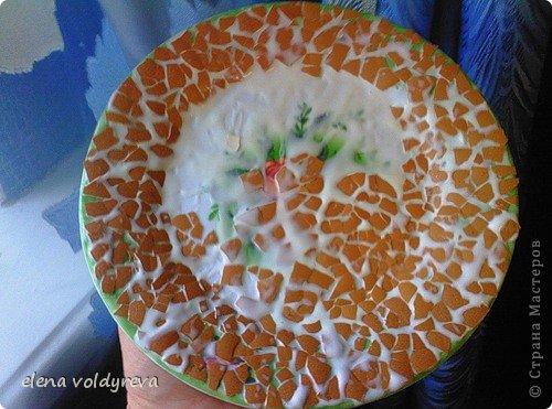 """для этого декупажа нам нужны:  высушенная яичная скорлупа.(предварительно удалённая плёночка внутренняя)...  тарелка пластмассовая  краска белая акриловая (водоэмульсионка)  клей ПВА  салфетка трёхслойная  лак глянцевый(я использовала """"яхтный лак"""",который продаётся в стройматериалах)  мокрая тряпка для вытирания рук от клея...  и ТЕРПЕНИЕ!!!   начинаем:  если будем тарелку вешать на стену,то в пассатижах зажимаем гвоздь,греем его до красноты над конфоркой и делаем 2 дырочки,в которые я заправила леску...  тарелку обильно смазываем клеем и прикладываем скорлупки,прижимая крепко пальцем - она ломается,как мозаика - сушим...  красим белой акриловой краской (водоэмульсионкой)...сушим,если надо,ещё раз красим  берём трёхслойную салфетку.снимаем верхний слой и аккуратненько клеим её на сухую краску клей ПВА + вода в пропорции 1:1  сушим  покрываем лаком  сушим  готово!можно украшать стену! фото 2"""