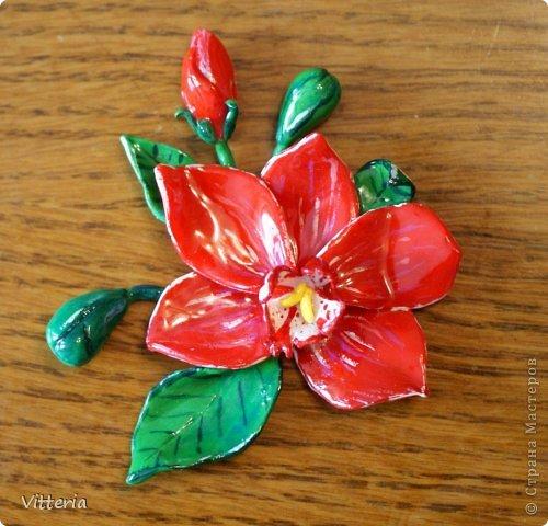 Магнит из полимерной глины, покрыт акриловым лаком - бело-зеленая орхидея. Размер 5*5 см. фото 2