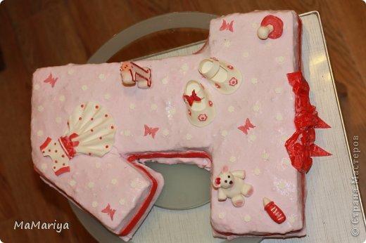 """Вот такой тортик делала на первый День рождения нашей доченьки Вареньки. Торт двухслойный """" Пражский"""": нижний ярус круглый, верхний - сделан в виде бодика-платья с рюшами (очень хотелось, чтобы не только цвет выдавал, что приготовлено для девочки). Сверху украшала мастикой. Шарики стоят на зубочистках. Бабочек вырезала вручную. фото 5"""