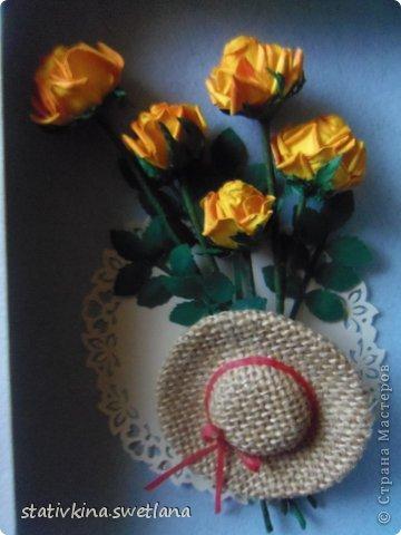 """Всем доброго времени суток!Представляю Вам свою новую работу, которую сделала для одной хорошей творческой женщины в подарок на день рождения. Розы по МК Астории http://asti-n.ya.ru из бумаги плотностью 120 гр., подкрашенной акварелью. Листья и кружевная овальная салфеточка изготовлены с использованием фигурных компостеров.Фон- бумага для пастели Murano с очень интересными разводами тончайших нитей по поверхности. Насмотревшись на замечательные шляпки Мастериц, и я решила попробовать сделать плетёную. Верх- плоская крышечка, поля из картона. На заготовку наклеила мешковину хорошего качества прозрачным """"Моментом"""".Особо хочется сказать о такой казалось бы мелочи, как ленточка с бантиком. Её я вырезала из подкладочной ткани(нажелатиненной для изготовления цветов из ткани) по косой нити шириной 2мм. Завязала бантик и приклеили на ПВА. Спасибо за внимание! фото 3"""