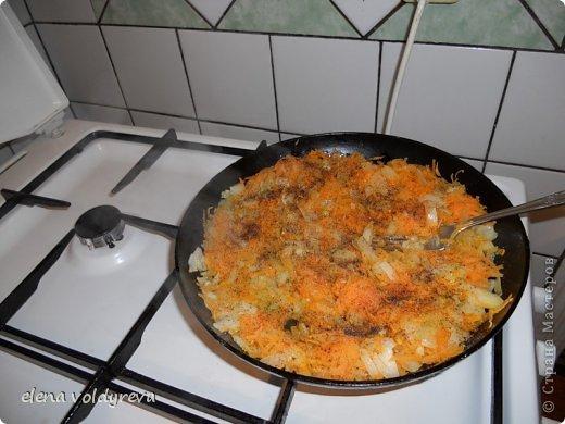 Готовим тесто:  500г печени + 200г сала +3 луковицы=перекрутить на мелкую решётку  Добавить соль,перец,1 стакан муки,1 стакан молока,5 яиц Всё хорошо взбить миксером и жарить блины на раскалённой сковородке Готовим начинку:  2-3 морковки натереть на тёрке 2-3 луковицы мелко нарезать Смешать лук и морковь и обжарить на самом маленьком огне на сливочном масле до готовности Блины поочерёдно смазать майонезом и кладём начинку через блин ( на 1 кладём.на 2 не кладём и т.д.) Украсить и подождать .пока пропитается 3-4 часа фото 4