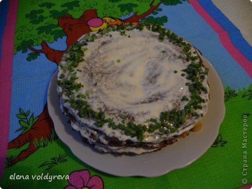 Готовим тесто:  500г печени + 200г сала +3 луковицы=перекрутить на мелкую решётку  Добавить соль,перец,1 стакан муки,1 стакан молока,5 яиц Всё хорошо взбить миксером и жарить блины на раскалённой сковородке Готовим начинку:  2-3 морковки натереть на тёрке 2-3 луковицы мелко нарезать Смешать лук и морковь и обжарить на самом маленьком огне на сливочном масле до готовности Блины поочерёдно смазать майонезом и кладём начинку через блин ( на 1 кладём.на 2 не кладём и т.д.) Украсить и подождать .пока пропитается 3-4 часа фото 1