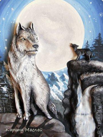 """Доброй ночи жители чудесной страны мастеров! Сегодня я представляю Вашему вниманию несколько работ. Одна из которых """"Вожак стаи"""", этот заказ я делала с огромным удовольствием т.к  давно хотела попробовать сделать волков. Волк - это, в первую очередь, высший символ свободы в животном мире, символ самостоятельности и бесстрашия. В любой схватке волк борется до победы или до смерти. Волк - это и символ высокой нравственности, преданности семье. Волк - символ справедливости и честолюбия. В обычных условиях волк не допустит, со своей стороны, обидеть более слабого. В целом образ волка связывается с символикой войны, Он являлся животным, посвященным богу войны Марсу, олицетворял воинскую доблесть у римлян и египтян.   Они выходят на охоту ночью, Укрытые спасительницей- тьмой: Лишь тени, незаметные всем прочим, Изгнанники, забытые судьбой.  В их стае властвуют свои порядки: Вожак- хранитель мудрости веков, Ведёт он стаю на охоту, в схватки, Он много видел и на многое готов.  (автор не известен)   фото 3"""