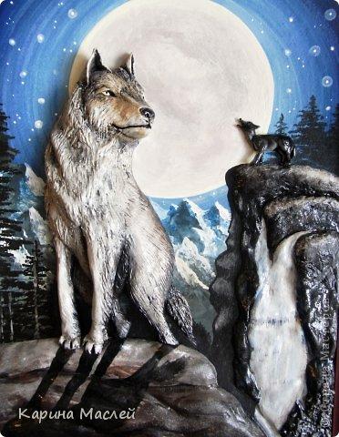 """Доброй ночи жители чудесной страны мастеров! Сегодня я представляю Вашему вниманию несколько работ. Одна из которых """"Вожак стаи"""", этот заказ я делала с огромным удовольствием т.к  давно хотела попробовать сделать волков. Волк - это, в первую очередь, высший символ свободы в животном мире, символ самостоятельности и бесстрашия. В любой схватке волк борется до победы или до смерти. Волк - это и символ высокой нравственности, преданности семье. Волк - символ справедливости и честолюбия. В обычных условиях волк не допустит, со своей стороны, обидеть более слабого. В целом образ волка связывается с символикой войны, Он являлся животным, посвященным богу войны Марсу, олицетворял воинскую доблесть у римлян и египтян.   Они выходят на охоту ночью, Укрытые спасительницей- тьмой: Лишь тени, незаметные всем прочим, Изгнанники, забытые судьбой.  В их стае властвуют свои порядки: Вожак- хранитель мудрости веков, Ведёт он стаю на охоту, в схватки, Он много видел и на многое готов.  (автор не известен)   фото 1"""