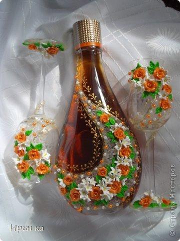 Доброе время суток. Хочу показать вам свою новую работу. Попросили оформить набор: бутылочку с бокалами, который был упакован в  подарочную коробку оранжевого цвета. Вот, что у меня получились. фото 1