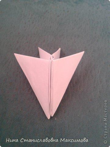 Аист и младенец собраны из треугольных модулей (смотри МК Татьяны Просняковой http://stranamasterov.ru/technic/origami_module). Для туловища, хвоста, крыльев, головы и клюва использовались модули, сложенные из 1/4 листа А4: белых - 93 шт., черных - 46 шт.,оранжевых - 1 шт.. Возьмите лист сложите по вертикали - разверните, потом по горизонтали - разверните. Линии сгиба разделят лист на равные 4 части. Разрежьте и складывайте модули. фото 2