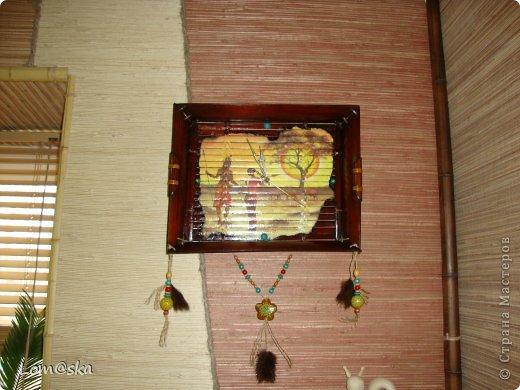 часы настенные для африканской комнаты отдыха на даче. В ход пошел старый сломанный бамбуковый поднос, рисовая декупажная карта с обожженными зажигалкой краями, льняная веревка, деревянные бусинки из детского набора, и деревянные и кокосовая бусинки, расписанные мной, мех нутрии, часовой механизм (громко тикает((( благо, в этой комнате никто спать не будет) стрелки расписала золотым контуром и жидким бирюзовым жемчугом. фото 2