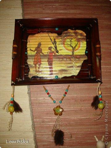 часы настенные для африканской комнаты отдыха на даче. В ход пошел старый сломанный бамбуковый поднос, рисовая декупажная карта с обожженными зажигалкой краями, льняная веревка, деревянные бусинки из детского набора, и деревянные и кокосовая бусинки, расписанные мной, мех нутрии, часовой механизм (громко тикает((( благо, в этой комнате никто спать не будет) стрелки расписала золотым контуром и жидким бирюзовым жемчугом. фото 1