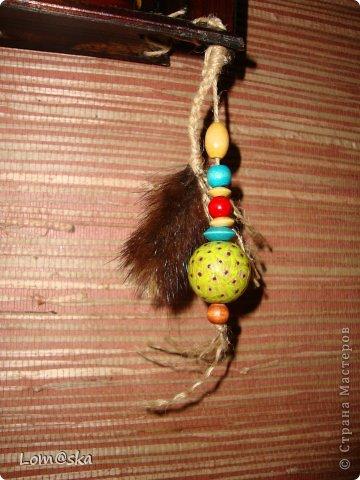 часы настенные для африканской комнаты отдыха на даче. В ход пошел старый сломанный бамбуковый поднос, рисовая декупажная карта с обожженными зажигалкой краями, льняная веревка, деревянные бусинки из детского набора, и деревянные и кокосовая бусинки, расписанные мной, мех нутрии, часовой механизм (громко тикает((( благо, в этой комнате никто спать не будет) стрелки расписала золотым контуром и жидким бирюзовым жемчугом. фото 3