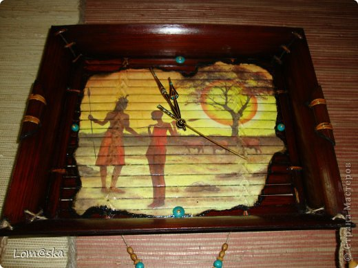 часы настенные для африканской комнаты отдыха на даче. В ход пошел старый сломанный бамбуковый поднос, рисовая декупажная карта с обожженными зажигалкой краями, льняная веревка, деревянные бусинки из детского набора, и деревянные и кокосовая бусинки, расписанные мной, мех нутрии, часовой механизм (громко тикает((( благо, в этой комнате никто спать не будет) стрелки расписала золотым контуром и жидким бирюзовым жемчугом. фото 6