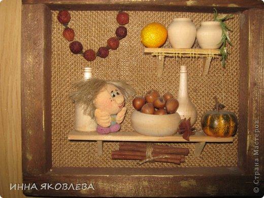 Тепло и уютно, когда на кухне живёт собственный домовой. А тут ещё коллажики: https://stranamasterov.ru/node/512613 Когда делаю подобные творения, как-будто опять в детстве в куклы играю: посудку расставляю, полочки вешаю, маленьким человечкам еду насыпаю! фото 2