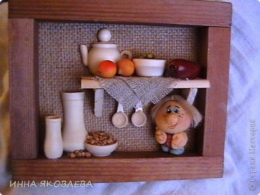 Тепло и уютно, когда на кухне живёт собственный домовой. А тут ещё коллажики: https://stranamasterov.ru/node/512613 Когда делаю подобные творения, как-будто опять в детстве в куклы играю: посудку расставляю, полочки вешаю, маленьким человечкам еду насыпаю! фото 1
