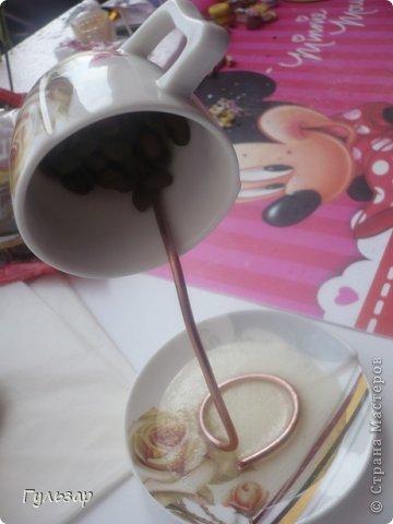 Так делаю это я.  Установила каркас из проволки,укрепленной на эпоксидный клей,дно выложила зернами кофе. фото 1