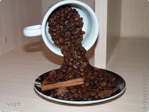подсолнух из атласной ленты и кофейных зерен фото 4