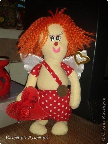 """Кукла Валентинчик в стиле """"тильды"""". М-да, мой промах =/ Ну не умею я шить, так еще и замарала мордочку каплей силикона, но муж сберег ее, как память =) фото 1"""