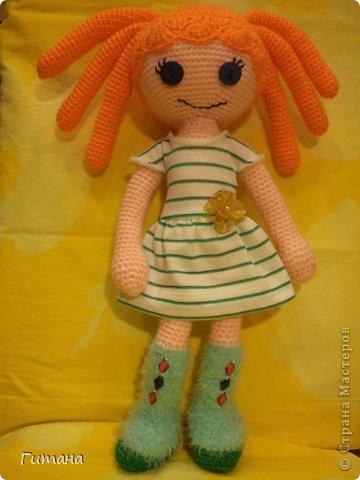 Мы - куклы! Берите. И в дом свой несите И пусть на столе, на стене, на диване Мы ВАМ улыбнемся, когда захотите И, может, теплее кому-нибудь станет...  Это куколка малышка - пуговка ЛАЛАЛУПСИ. Связана по описанию Ольги Новенчук (нОлик). фото 3