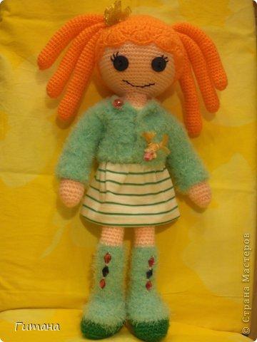 Мы - куклы! Берите. И в дом свой несите И пусть на столе, на стене, на диване Мы ВАМ улыбнемся, когда захотите И, может, теплее кому-нибудь станет...  Это куколка малышка - пуговка ЛАЛАЛУПСИ. Связана по описанию Ольги Новенчук (нОлик). фото 4