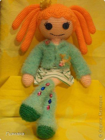 Мы - куклы! Берите. И в дом свой несите И пусть на столе, на стене, на диване Мы ВАМ улыбнемся, когда захотите И, может, теплее кому-нибудь станет...  Это куколка малышка - пуговка ЛАЛАЛУПСИ. Связана по описанию Ольги Новенчук (нОлик). фото 5