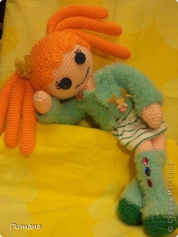 Мы - куклы! Берите. И в дом свой несите И пусть на столе, на стене, на диване Мы ВАМ улыбнемся, когда захотите И, может, теплее кому-нибудь станет...  Это куколка малышка - пуговка ЛАЛАЛУПСИ. Связана по описанию Ольги Новенчук (нОлик). фото 1