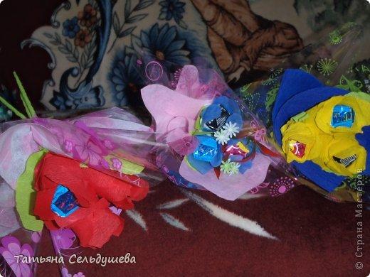 Мой первый заказ)))))конфетные букетики, я их духами побрызгала- потому что по привычке мы их к носу подносим, дабы аромат почуствовать))))Всем одаренным таким букетиком девушкам понравилось))) фото 4