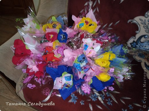 Мой первый заказ)))))конфетные букетики, я их духами побрызгала- потому что по привычке мы их к носу подносим, дабы аромат почуствовать))))Всем одаренным таким букетиком девушкам понравилось))) фото 1