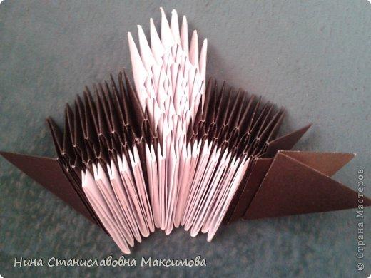 Аист и младенец собраны из треугольных модулей (смотри МК Татьяны Просняковой http://stranamasterov.ru/technic/origami_module). Для туловища, хвоста, крыльев, головы и клюва использовались модули, сложенные из 1/4 листа А4: белых - 93 шт., черных - 46 шт.,оранжевых - 1 шт.. Возьмите лист сложите по вертикали - разверните, потом по горизонтали - разверните. Линии сгиба разделят лист на равные 4 части. Разрежьте и складывайте модули. фото 5