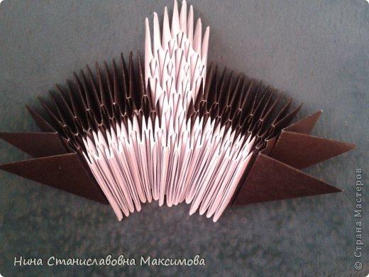 Аист и младенец собраны из треугольных модулей (смотри МК Татьяны Просняковой http://stranamasterov.ru/technic/origami_module). Для туловища, хвоста, крыльев, головы и клюва использовались модули, сложенные из 1/4 листа А4: белых - 93 шт., черных - 46 шт.,оранжевых - 1 шт.. Возьмите лист сложите по вертикали - разверните, потом по горизонтали - разверните. Линии сгиба разделят лист на равные 4 части. Разрежьте и складывайте модули. фото 6