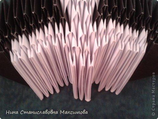 Аист и младенец собраны из треугольных модулей (смотри МК Татьяны Просняковой http://stranamasterov.ru/technic/origami_module). Для туловища, хвоста, крыльев, головы и клюва использовались модули, сложенные из 1/4 листа А4: белых - 93 шт., черных - 46 шт.,оранжевых - 1 шт.. Возьмите лист сложите по вертикали - разверните, потом по горизонтали - разверните. Линии сгиба разделят лист на равные 4 части. Разрежьте и складывайте модули. фото 7