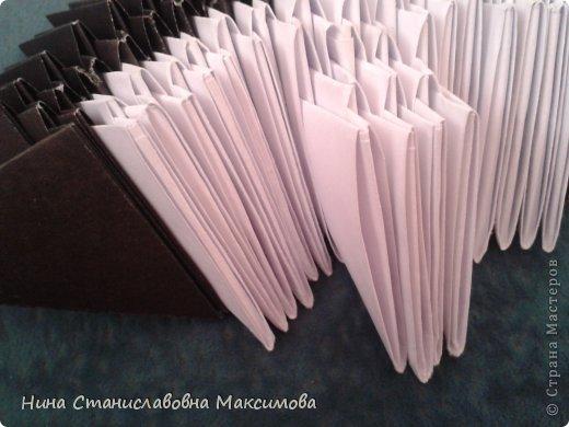Аист и младенец собраны из треугольных модулей (смотри МК Татьяны Просняковой http://stranamasterov.ru/technic/origami_module). Для туловища, хвоста, крыльев, головы и клюва использовались модули, сложенные из 1/4 листа А4: белых - 93 шт., черных - 46 шт.,оранжевых - 1 шт.. Возьмите лист сложите по вертикали - разверните, потом по горизонтали - разверните. Линии сгиба разделят лист на равные 4 части. Разрежьте и складывайте модули. фото 8