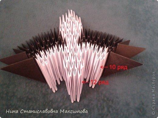 Аист и младенец собраны из треугольных модулей (смотри МК Татьяны Просняковой http://stranamasterov.ru/technic/origami_module). Для туловища, хвоста, крыльев, головы и клюва использовались модули, сложенные из 1/4 листа А4: белых - 93 шт., черных - 46 шт.,оранжевых - 1 шт.. Возьмите лист сложите по вертикали - разверните, потом по горизонтали - разверните. Линии сгиба разделят лист на равные 4 части. Разрежьте и складывайте модули. фото 9