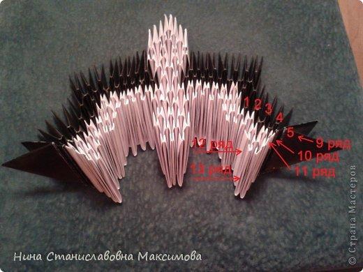 Аист и младенец собраны из треугольных модулей (смотри МК Татьяны Просняковой http://stranamasterov.ru/technic/origami_module). Для туловища, хвоста, крыльев, головы и клюва использовались модули, сложенные из 1/4 листа А4: белых - 93 шт., черных - 46 шт.,оранжевых - 1 шт.. Возьмите лист сложите по вертикали - разверните, потом по горизонтали - разверните. Линии сгиба разделят лист на равные 4 части. Разрежьте и складывайте модули. фото 10