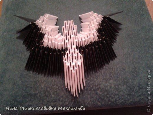 Аист и младенец собраны из треугольных модулей (смотри МК Татьяны Просняковой http://stranamasterov.ru/technic/origami_module). Для туловища, хвоста, крыльев, головы и клюва использовались модули, сложенные из 1/4 листа А4: белых - 93 шт., черных - 46 шт.,оранжевых - 1 шт.. Возьмите лист сложите по вертикали - разверните, потом по горизонтали - разверните. Линии сгиба разделят лист на равные 4 части. Разрежьте и складывайте модули. фото 11