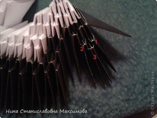Аист и младенец собраны из треугольных модулей (смотри МК Татьяны Просняковой http://stranamasterov.ru/technic/origami_module). Для туловища, хвоста, крыльев, головы и клюва использовались модули, сложенные из 1/4 листа А4: белых - 93 шт., черных - 46 шт.,оранжевых - 1 шт.. Возьмите лист сложите по вертикали - разверните, потом по горизонтали - разверните. Линии сгиба разделят лист на равные 4 части. Разрежьте и складывайте модули. фото 12