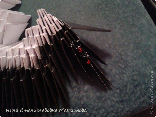 Аист и младенец собраны из треугольных модулей (смотри МК Татьяны Просняковой https://stranamasterov.ru/technic/origami_module). Для туловища, хвоста, крыльев, головы и клюва использовались модули, сложенные  из 1/4 листа А4: белых - 93 шт., черных - 46 шт.,оранжевых - 1 шт.. Возьмите лист сложите по вертикали - разверните, потом по горизонтали - разверните. Линии сгиба разделят лист на равные 4 части. Разрежьте и складывайте модули. фото 13
