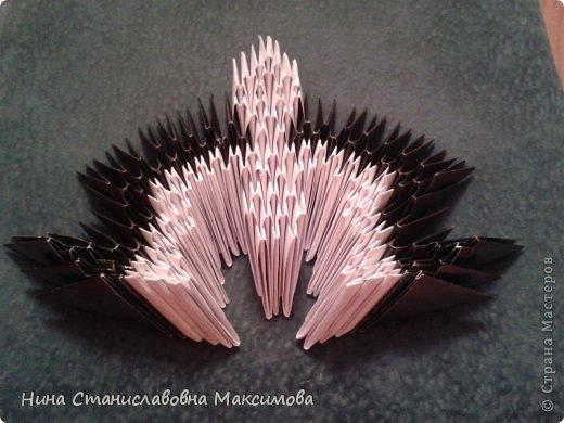Аист и младенец собраны из треугольных модулей (смотри МК Татьяны Просняковой http://stranamasterov.ru/technic/origami_module). Для туловища, хвоста, крыльев, головы и клюва использовались модули, сложенные из 1/4 листа А4: белых - 93 шт., черных - 46 шт.,оранжевых - 1 шт.. Возьмите лист сложите по вертикали - разверните, потом по горизонтали - разверните. Линии сгиба разделят лист на равные 4 части. Разрежьте и складывайте модули. фото 14