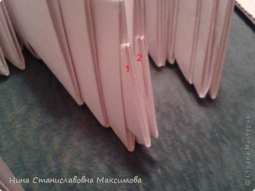 Аист и младенец собраны из треугольных модулей (смотри МК Татьяны Просняковой http://stranamasterov.ru/technic/origami_module). Для туловища, хвоста, крыльев, головы и клюва использовались модули, сложенные из 1/4 листа А4: белых - 93 шт., черных - 46 шт.,оранжевых - 1 шт.. Возьмите лист сложите по вертикали - разверните, потом по горизонтали - разверните. Линии сгиба разделят лист на равные 4 части. Разрежьте и складывайте модули. фото 23