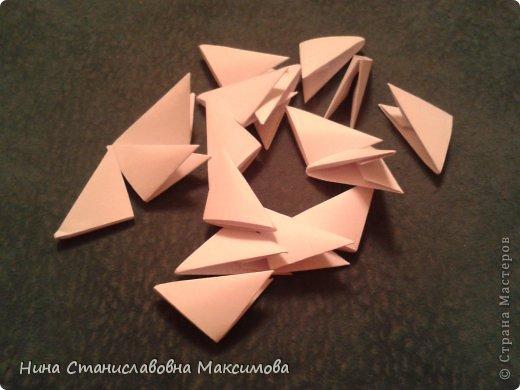 Аист и младенец собраны из треугольных модулей (смотри МК Татьяны Просняковой http://stranamasterov.ru/technic/origami_module). Для туловища, хвоста, крыльев, головы и клюва использовались модули, сложенные из 1/4 листа А4: белых - 93 шт., черных - 46 шт.,оранжевых - 1 шт.. Возьмите лист сложите по вертикали - разверните, потом по горизонтали - разверните. Линии сгиба разделят лист на равные 4 части. Разрежьте и складывайте модули. фото 22
