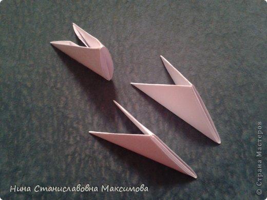 Аист и младенец собраны из треугольных модулей (смотри МК Татьяны Просняковой http://stranamasterov.ru/technic/origami_module). Для туловища, хвоста, крыльев, головы и клюва использовались модули, сложенные из 1/4 листа А4: белых - 93 шт., черных - 46 шт.,оранжевых - 1 шт.. Возьмите лист сложите по вертикали - разверните, потом по горизонтали - разверните. Линии сгиба разделят лист на равные 4 части. Разрежьте и складывайте модули. фото 15