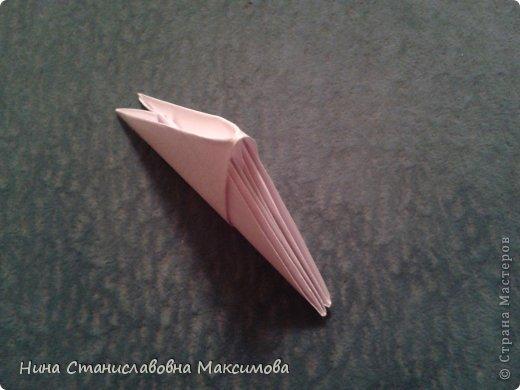 Аист и младенец собраны из треугольных модулей (смотри МК Татьяны Просняковой http://stranamasterov.ru/technic/origami_module). Для туловища, хвоста, крыльев, головы и клюва использовались модули, сложенные из 1/4 листа А4: белых - 93 шт., черных - 46 шт.,оранжевых - 1 шт.. Возьмите лист сложите по вертикали - разверните, потом по горизонтали - разверните. Линии сгиба разделят лист на равные 4 части. Разрежьте и складывайте модули. фото 16