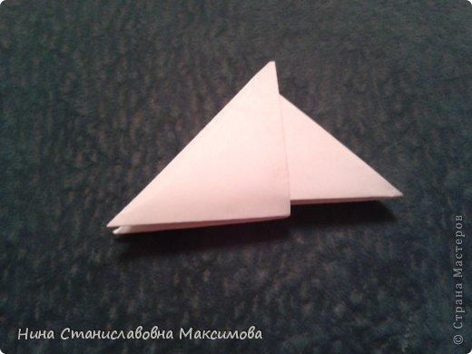 Аист и младенец собраны из треугольных модулей (смотри МК Татьяны Просняковой http://stranamasterov.ru/technic/origami_module). Для туловища, хвоста, крыльев, головы и клюва использовались модули, сложенные из 1/4 листа А4: белых - 93 шт., черных - 46 шт.,оранжевых - 1 шт.. Возьмите лист сложите по вертикали - разверните, потом по горизонтали - разверните. Линии сгиба разделят лист на равные 4 части. Разрежьте и складывайте модули. фото 17