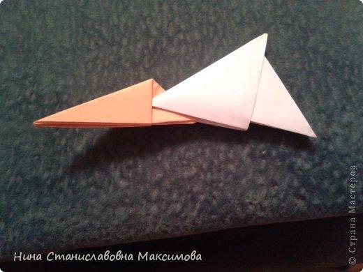 Аист и младенец собраны из треугольных модулей (смотри МК Татьяны Просняковой http://stranamasterov.ru/technic/origami_module). Для туловища, хвоста, крыльев, головы и клюва использовались модули, сложенные из 1/4 листа А4: белых - 93 шт., черных - 46 шт.,оранжевых - 1 шт.. Возьмите лист сложите по вертикали - разверните, потом по горизонтали - разверните. Линии сгиба разделят лист на равные 4 части. Разрежьте и складывайте модули. фото 19