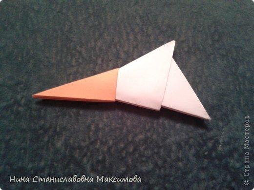 Аист и младенец собраны из треугольных модулей (смотри МК Татьяны Просняковой http://stranamasterov.ru/technic/origami_module). Для туловища, хвоста, крыльев, головы и клюва использовались модули, сложенные из 1/4 листа А4: белых - 93 шт., черных - 46 шт.,оранжевых - 1 шт.. Возьмите лист сложите по вертикали - разверните, потом по горизонтали - разверните. Линии сгиба разделят лист на равные 4 части. Разрежьте и складывайте модули. фото 20