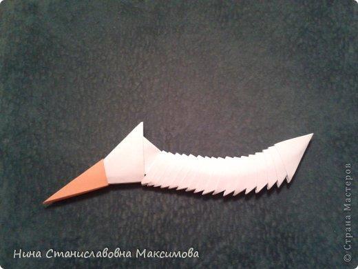 Аист и младенец собраны из треугольных модулей (смотри МК Татьяны Просняковой http://stranamasterov.ru/technic/origami_module). Для туловища, хвоста, крыльев, головы и клюва использовались модули, сложенные из 1/4 листа А4: белых - 93 шт., черных - 46 шт.,оранжевых - 1 шт.. Возьмите лист сложите по вертикали - разверните, потом по горизонтали - разверните. Линии сгиба разделят лист на равные 4 части. Разрежьте и складывайте модули. фото 25