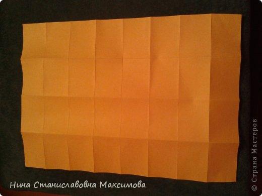 Аист и младенец собраны из треугольных модулей (смотри МК Татьяны Просняковой https://stranamasterov.ru/technic/origami_module). Для туловища, хвоста, крыльев, головы и клюва использовались модули, сложенные  из 1/4 листа А4: белых - 93 шт., черных - 46 шт.,оранжевых - 1 шт.. Возьмите лист сложите по вертикали - разверните, потом по горизонтали - разверните. Линии сгиба разделят лист на равные 4 части. Разрежьте и складывайте модули. фото 28