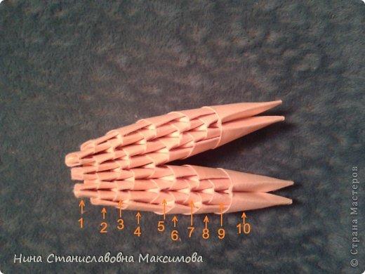 Аист и младенец собраны из треугольных модулей (смотри МК Татьяны Просняковой http://stranamasterov.ru/technic/origami_module). Для туловища, хвоста, крыльев, головы и клюва использовались модули, сложенные из 1/4 листа А4: белых - 93 шт., черных - 46 шт.,оранжевых - 1 шт.. Возьмите лист сложите по вертикали - разверните, потом по горизонтали - разверните. Линии сгиба разделят лист на равные 4 части. Разрежьте и складывайте модули. фото 29