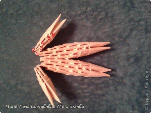 Аист и младенец собраны из треугольных модулей (смотри МК Татьяны Просняковой http://stranamasterov.ru/technic/origami_module). Для туловища, хвоста, крыльев, головы и клюва использовались модули, сложенные из 1/4 листа А4: белых - 93 шт., черных - 46 шт.,оранжевых - 1 шт.. Возьмите лист сложите по вертикали - разверните, потом по горизонтали - разверните. Линии сгиба разделят лист на равные 4 части. Разрежьте и складывайте модули. фото 30