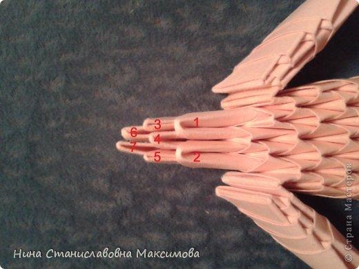 Аист и младенец собраны из треугольных модулей (смотри МК Татьяны Просняковой http://stranamasterov.ru/technic/origami_module). Для туловища, хвоста, крыльев, головы и клюва использовались модули, сложенные из 1/4 листа А4: белых - 93 шт., черных - 46 шт.,оранжевых - 1 шт.. Возьмите лист сложите по вертикали - разверните, потом по горизонтали - разверните. Линии сгиба разделят лист на равные 4 части. Разрежьте и складывайте модули. фото 32
